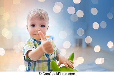 garçon, jouet, projection, haut, pouces, bébé, jouer, heureux