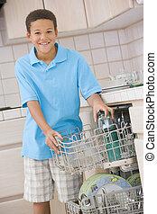 garçon, lave-vaisselle, chargement, jeune
