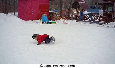 garçon, leçon, peu, snowboard, pendant, bas, tomber, premier, riding., sien, coup, slowmotion, activités, hiver, concept.