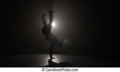 garçon, lent, silhouette, doué, danse, ruses, exécuter, jeune, mouvement, devant, coupure, projecteur