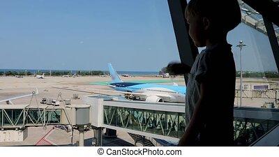 garçon, les, passagers, avion, regarde, vagues