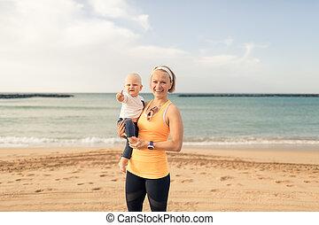 garçon, mère, bébé, apprécier, plage, levers de soleil