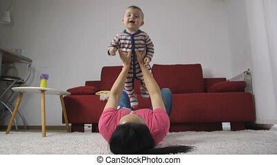 garçon, mère, bébé, maison, apprécier, heureux