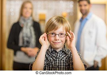 garçon, mère, optométriste, essayer, magasin, lunettes