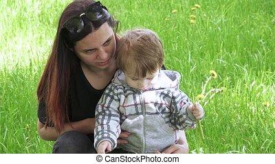 garçon, mère, pelouse, sien