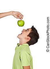 garçon, manger, isolé, pomme