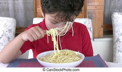 garçon, manger, spaghetti, jeune