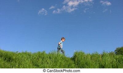 garçon, marche, champ ciel, sous, herbe