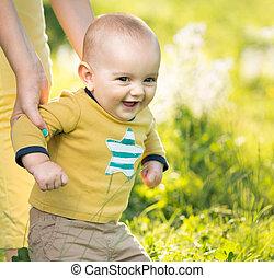garçon, marche, herbe, parent