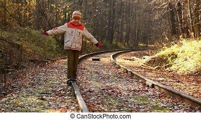 garçon, marche, rail