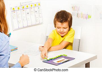garçon, met, développer, pièces, jeu, pendant, sourire
