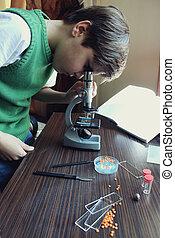 garçon, microscope, sous, détails, étudier