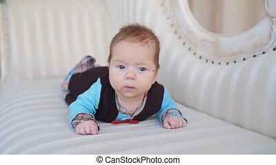 garçon, mignon, bas, bébé, portrait, mensonge