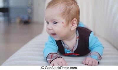 garçon, mignon, couverture, bas, bébé, portrait, mensonge
