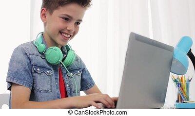 garçon, ordinateur portable, écouteurs, dactylographie, maison, heureux