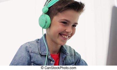 garçon, ordinateur portable, écouteurs, jeu, vidéo, jouer
