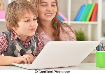 garçon, ordinateur portable, ensemble, maison, utilisation, girl