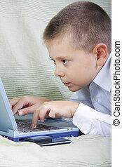 garçon, ordinateur portable, fonctionnement