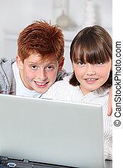 garçon, ordinateur portable, jeune fille, maison