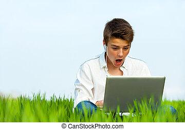garçon, ordinateur portable, outdoors., surpris