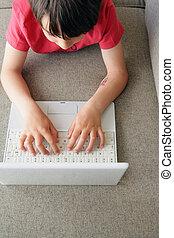 garçon, ordinateur portable, peu, jouer