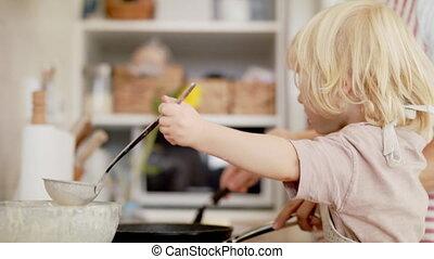 garçon, pancakes., confection, intérieur, mère, ...