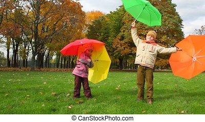 garçon, parc, automne, girl, tourne, parapluies