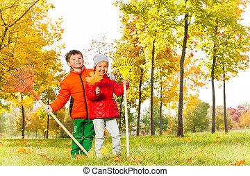 garçon, parc, automne, stand, girl, râteaux