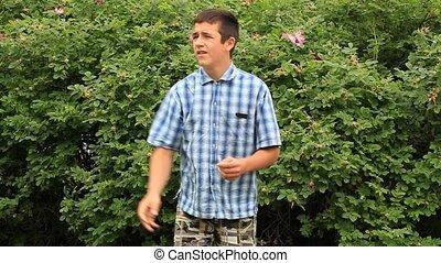 garçon, parc, jeu frisbee