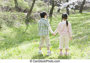 garçon, pelouse, girl, tenant mains