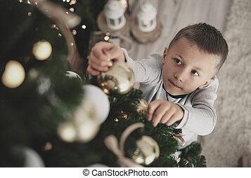 garçon, pendre, a, noël ornements, sur, arbre noël