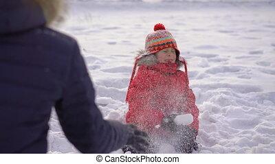 garçon, petite mère, boules neige, sien, jeux