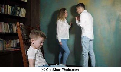 garçon, peu, écoute, triste, parents, divorcing, fight.
