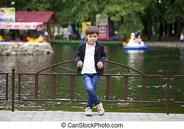 garçon, peu, été, parc, plein-longueur, portrait