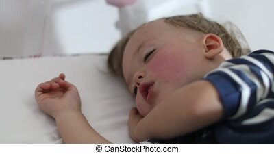 garçon, peu, adorable, lit, dormir