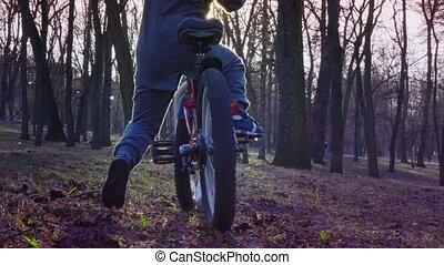garçon, peu, apprend, tour bicyclette, mouvement, parc, lent, coucher soleil
