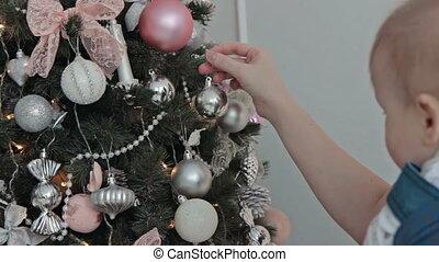 garçon, peu, arbre, mère, décorer, noël