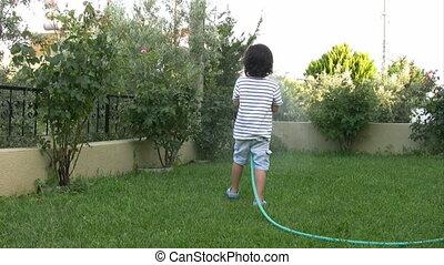 garçon, peu, arrosage, jardin