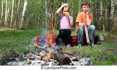 garçon, peu, asseoir, boisson, montre, jus, ils, girl, feu
