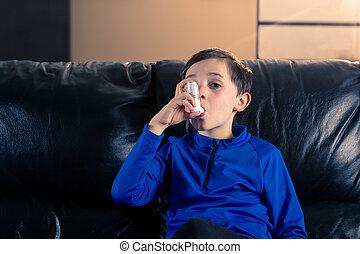 garçon, peu, asthme, intérieur, utilisation inhalateur