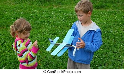 garçon, peu, avion jouet, girl, jouer