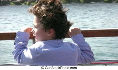garçon, peu, bateau