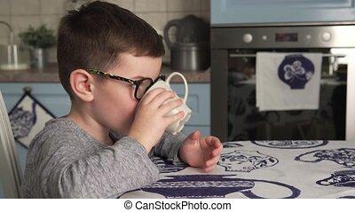garçon, peu, boire, sourire, lait