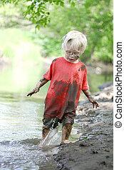garçon, peu, boueux, dehors, rivière, jouer