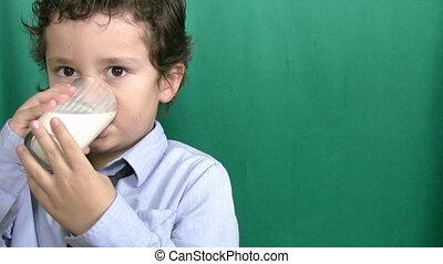 garçon, peu, buvant lait