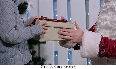 garçon, peu, cadeau, santa, sourire, ouvre