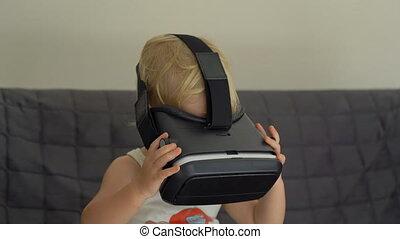 garçon, peu, concept, coup, concept., moderne, usages, réalité virtuelle, vr, closeup, glasses., headset., technologie, enfants