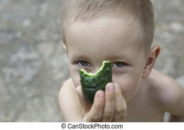 garçon, peu, concombre, portrait
