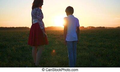 garçon, peu, coucher soleil, mains, girl, prise