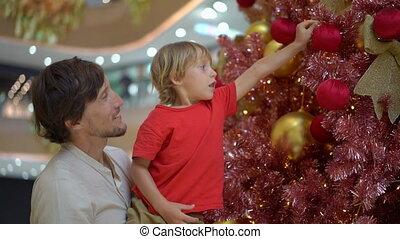 garçon, peu, coup, doré, arbre, pend, décoration, slowmotion, noël, rouges